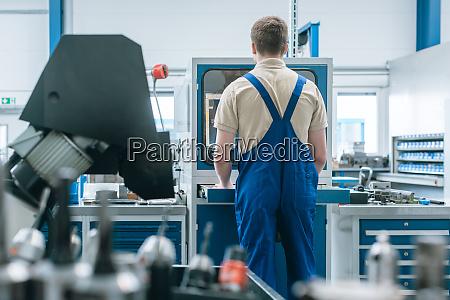 mann arbeitet in der fabrik an