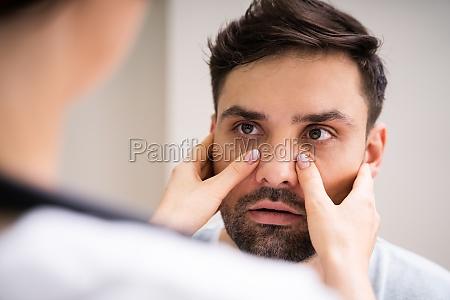 arzt arzt doing sinusitis untersuchung