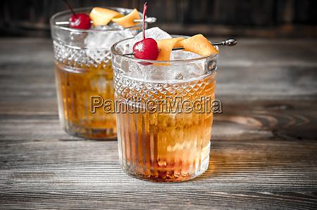 zwei glaeser altmodischer cocktail