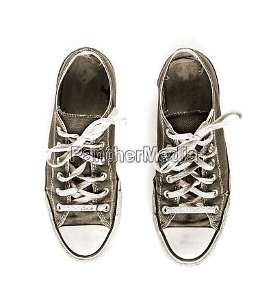 alte schwarze sneakers isoliert auf weissem