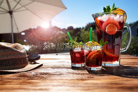 sommergetraenk auf der sonnigen terrasse