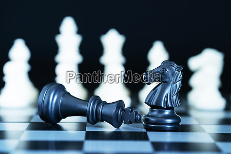 nahaufnahme schachfiguren auf schachbrett