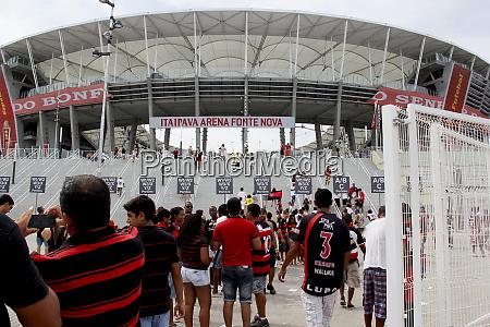 fans werden inspiziert um das fussballstadion