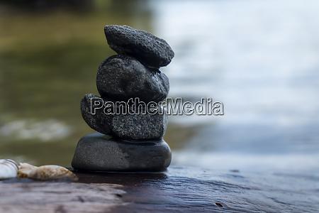 kleiner stapel kieselsteine oder steine in