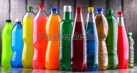 plastikflaschen mit verschiedenen kohlensaeurehaltigen erfrischungsgetraenken