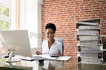 business woman UEberpruefen von dateien