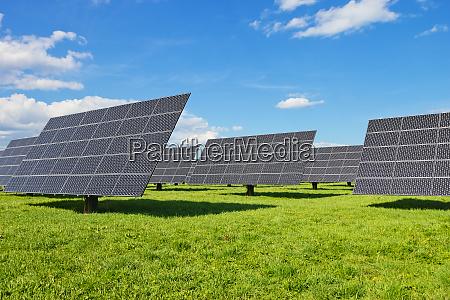 solarkraftwerk auf gruener wiese