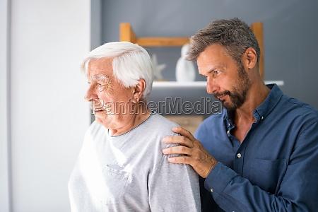 alter senior mit demenz erhaelt unterstuetzung