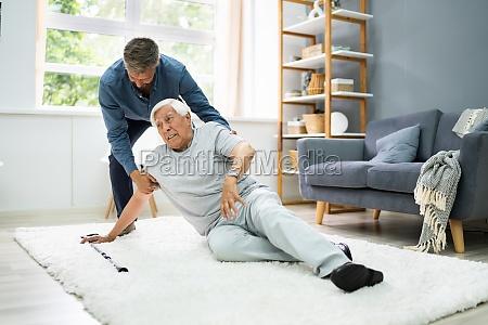 hilfe fuer elder senior fallen man