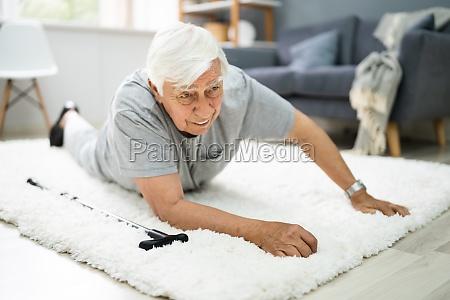 AEltere senior mann slip und fall