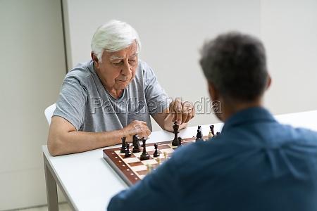AEltere senioren spielen schach