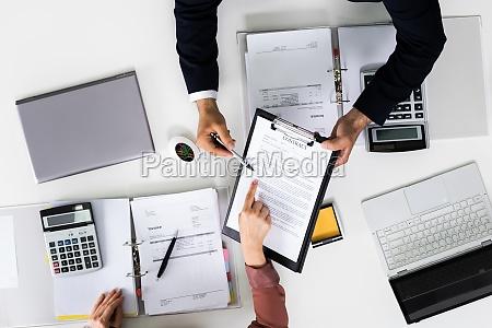 UEberpruefung des vertragsdokuments auditor diskussion