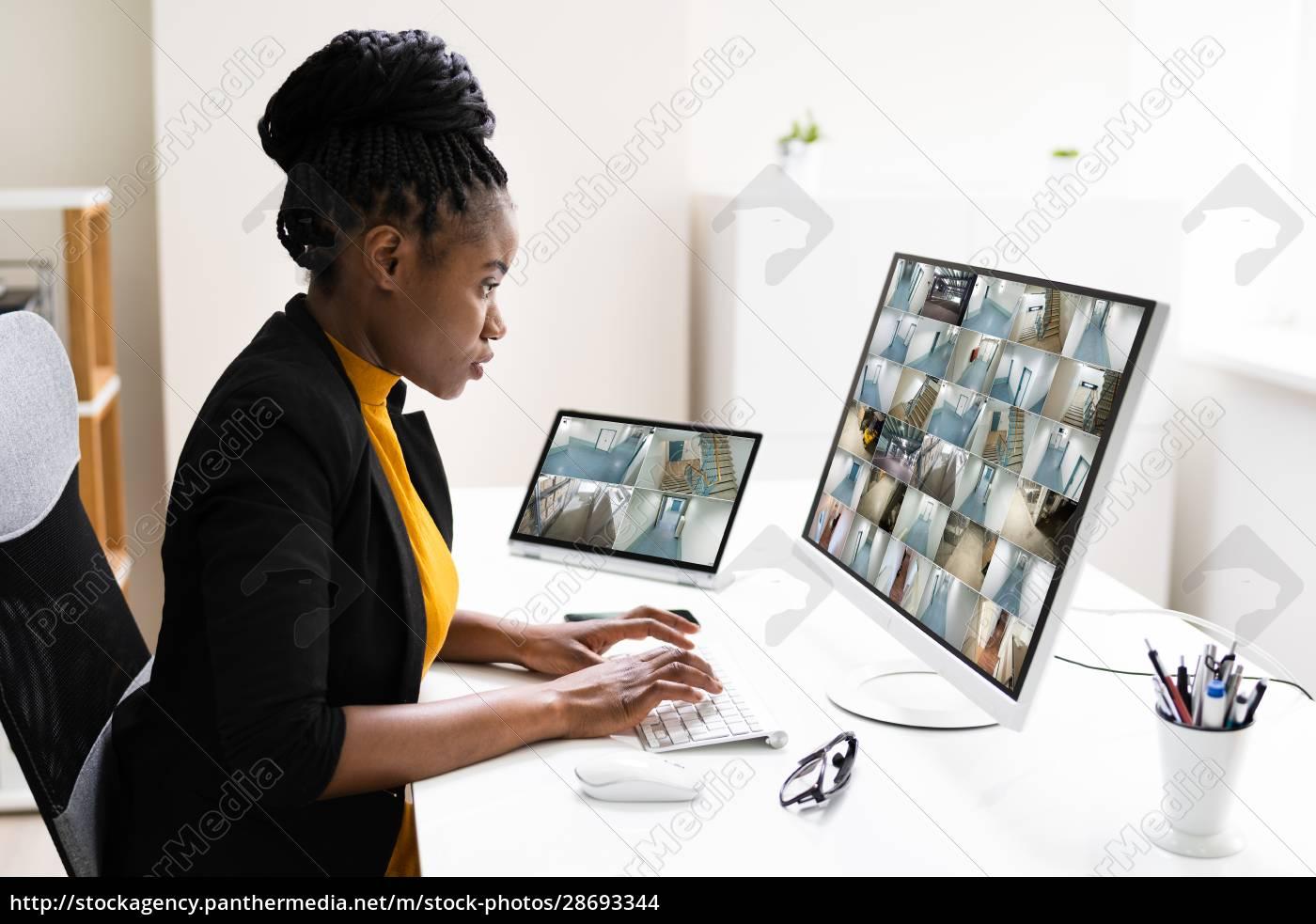 geschäftsfrau, beobachtet, cctv-aufnahmen, von, office, interior - 28693344