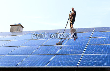 reinigung von sonnenkollektoren mit buerste und