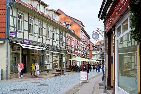 einkaufsstrasse mit touristen in der historischen
