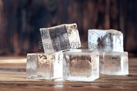 kristallklare eiswuerfel