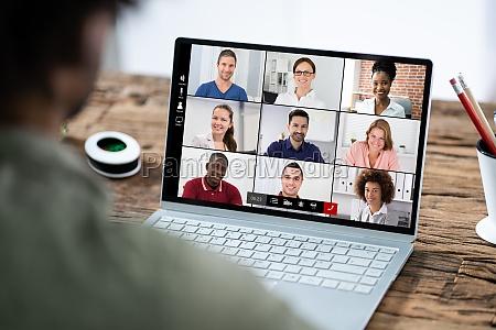 mann der an online coaching session