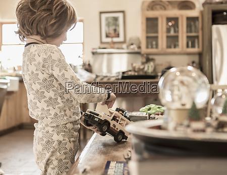 4 jaehriger junge traegt pyjamas spielen
