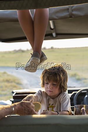 5 jaehriger junge im safari fahrzeug