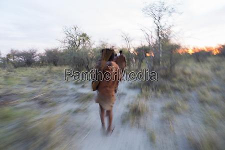bewegungsunschaerfe ein san bushman in der