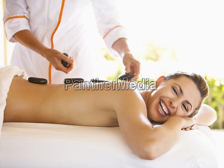 kaukasische frau mit hot stein massage