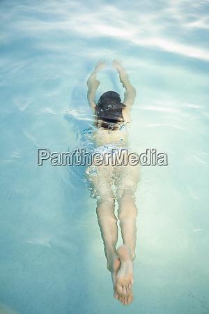 overhead ansicht der frau schwimmen unter