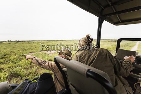 erwachsene frau und ein safari guide