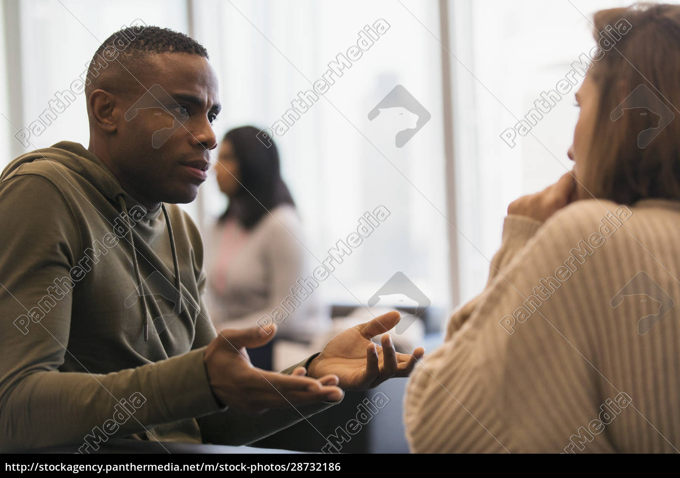 businessman, explaining, to, colleague, in, office - 28732186