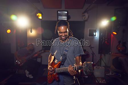 männlicher, musiker, spielt, gitarre, im, tonstudio - 28734156