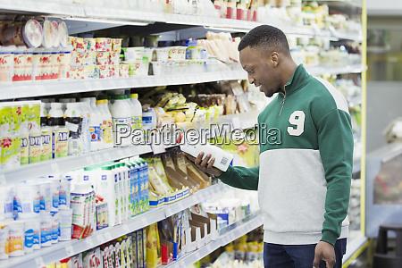 mann beim einkaufen im supermarkt