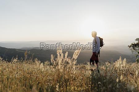 senior mann steht auf dem berg