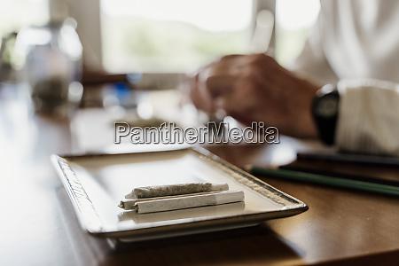 nahaufnahme von marihuana joints in tablett