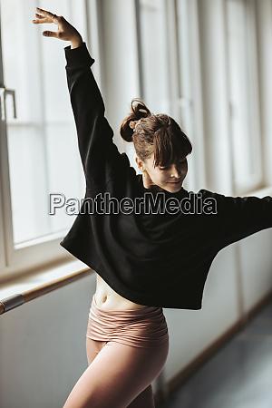 junge ballerina taenzerin im studio
