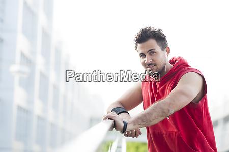 portraet eines jungen joggers der in