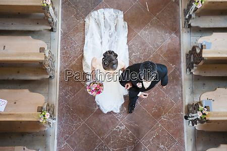 frisch verheiratetes paar geht auf fliesenboden