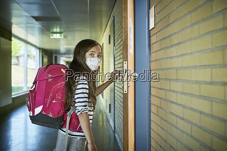 maedchen traegt maske in der schule