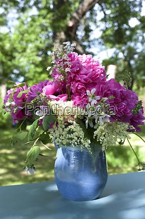 krug mit bluehenden wildblumen