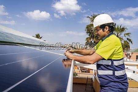 reifer techniker der ein solarpanel auf