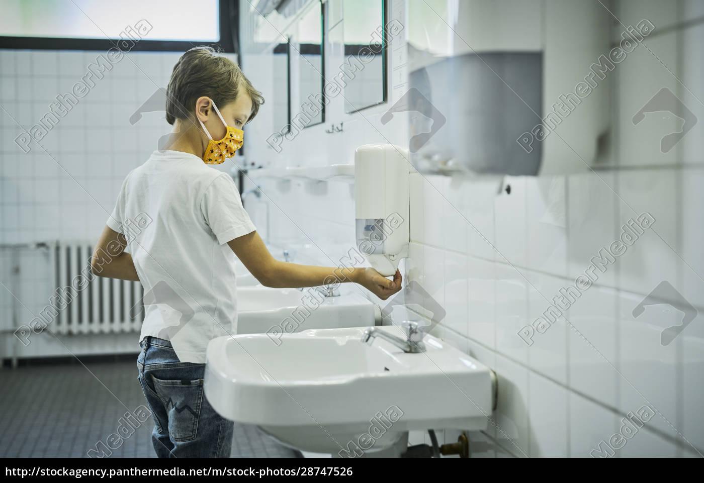 junge, trägt, maske, auf, schultoilette, waschen - 28747526