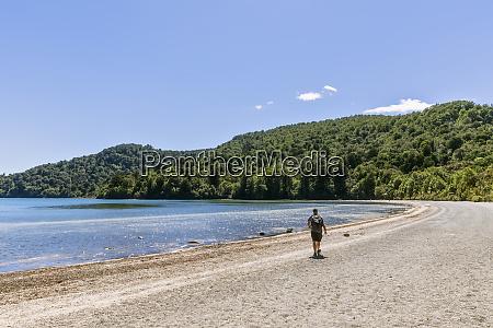 neuseeland nordinsel maennlicher backpacker beim wandern