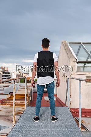 junger, mann, steht, auf, verlassener, terrasse - 28749936