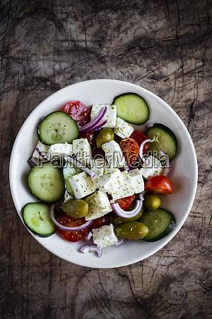 schuessel mit essensfertigen griechischen salat