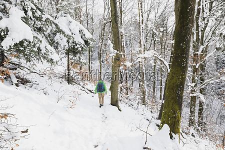 deutschland nordrhein westfalen einsamer backpacker wandert