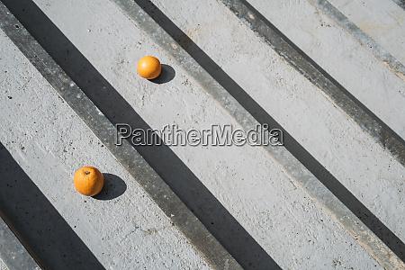 orangen auf grauen holzbrettern