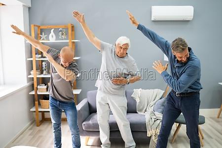 drei generationen maenner tanzen und trainieren