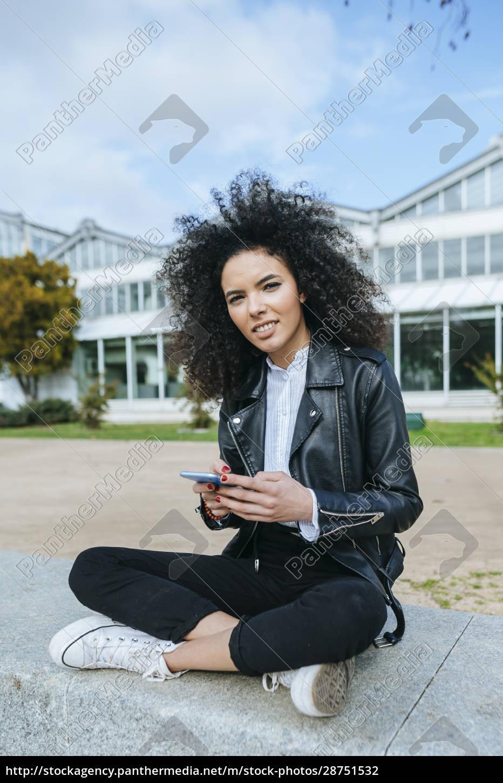 junge, frau, mit, afro-frisur, mit, smartphone, während - 28751532