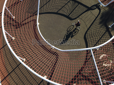mann radfahren in sportplatz luftbild