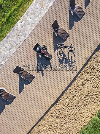 russland tikhvin mann mit fahrrad auf