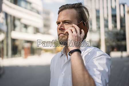 portraet des geschaeftsmannes am telefon in