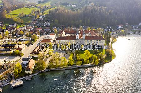 deutschland bayern tegernsee drohnenansicht des klosters